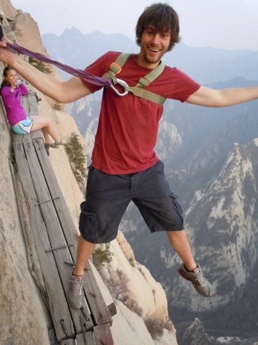 Только веревки и цепи могут удержать путешественников от падения вниз.