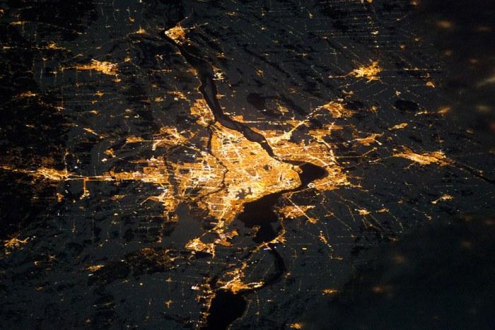Светящийся ночной Монреаль в Канаде.