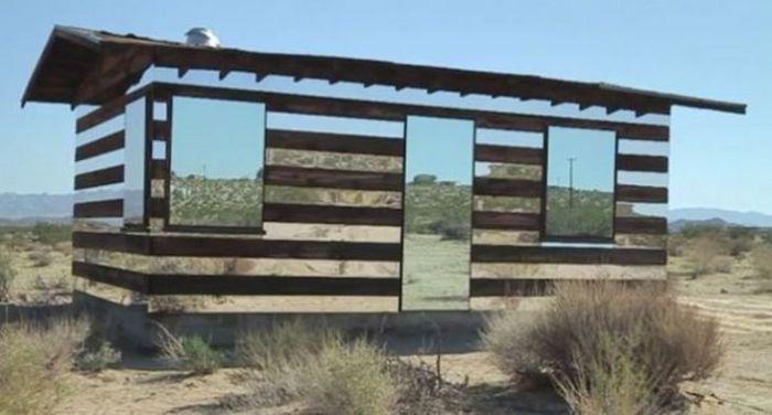 Дом, напоминающий галлюцинацию среди пустыни.