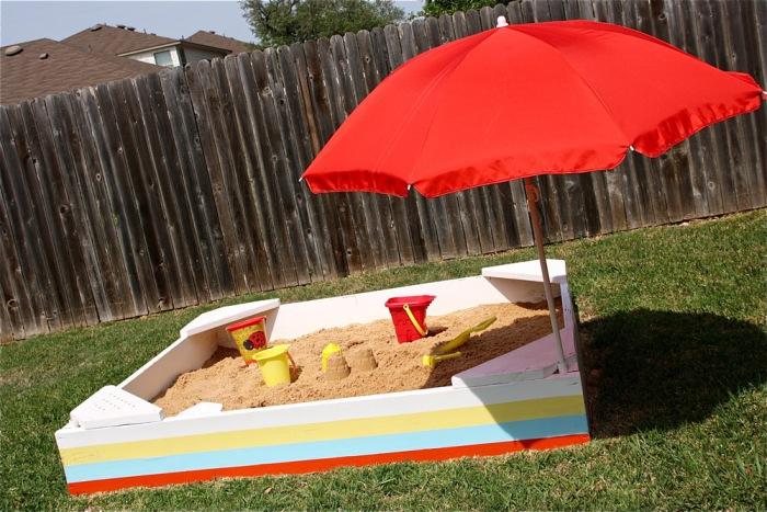 Добавьте зонт и песок, и замечательная песочница готова.
