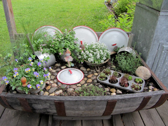 Инсталляция для сада из кухонных принадлежностей.