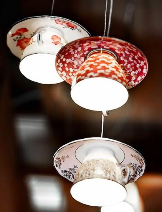 Светильник из фарфоровых чашек и блюдец.