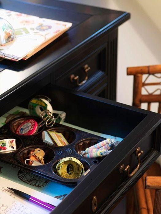 Форма для кексов – удобное место для хранения ключей и других мелочей.