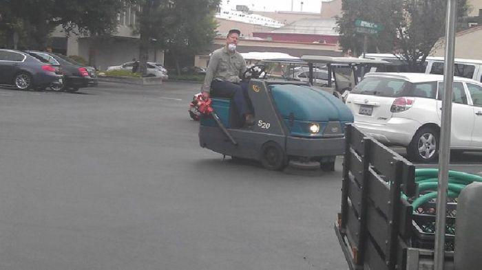 Оригинальный способ совместить чистку дороги и уборку листьев.