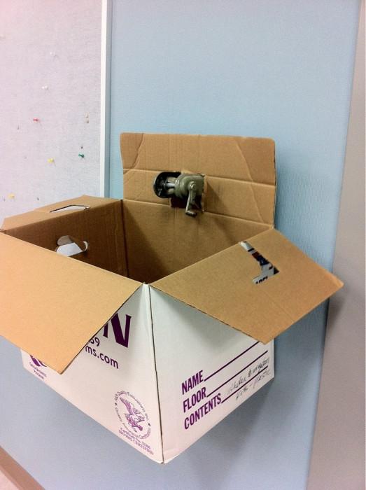 Резервуар для точилки карандашей, который нужно опустошать приблизительно раз в год.