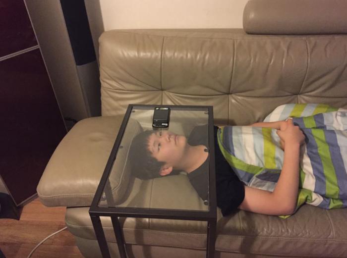 Стол со стеклянной столешницей в помощь тем, у кого нет желания держать смартфон.