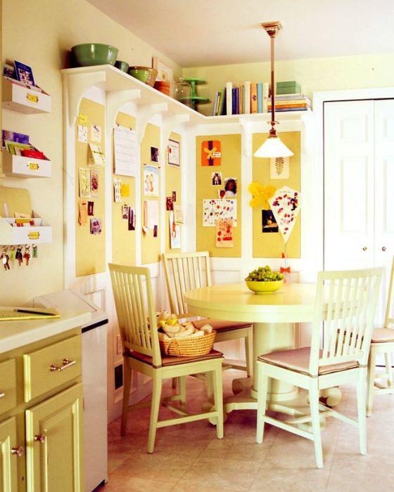 Полки для посуды под потолком.