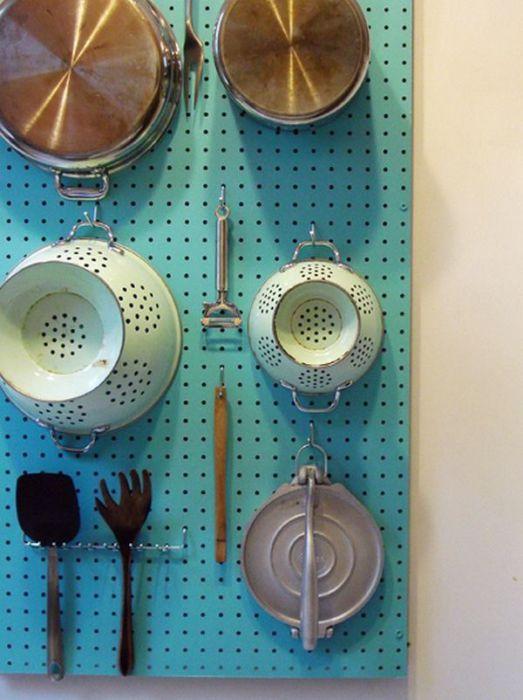 Доска в мелкую дырочку в качестве сушилки для посуды