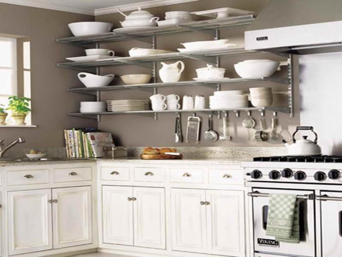 Большое количество полочек поможет сэкономить место в маленькой кухне.