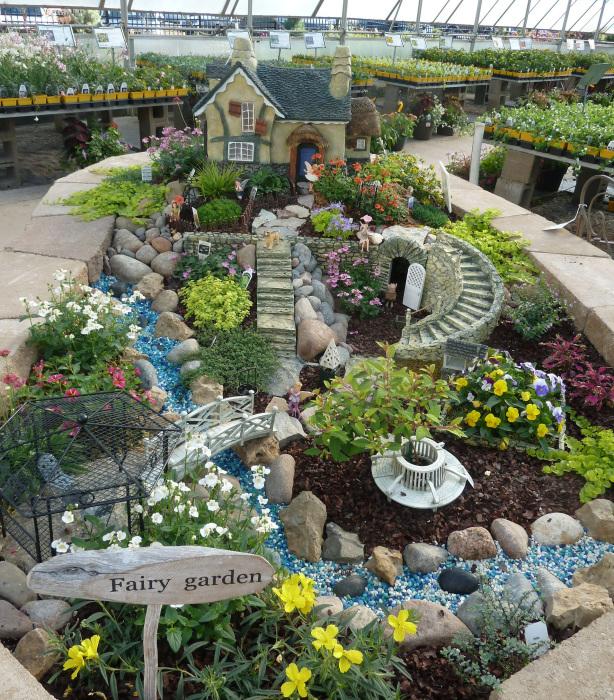 В таком сказочном саду можно использовать любые украшения, главное - не переборщить.