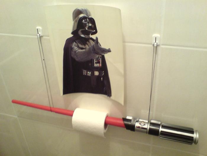 Дарт Вейдер, подающий туалетную бумагу.