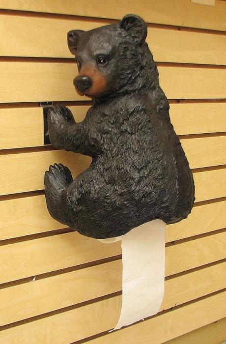 Медвежонок, придерживающий рулон туалетной бумаги.