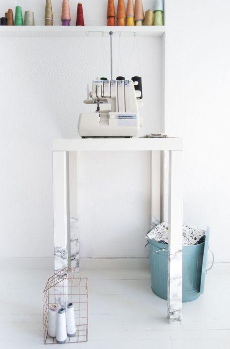 Придать оригинальный вид столику можно, преобразив с помощью мраморной бумаги только его ножки.