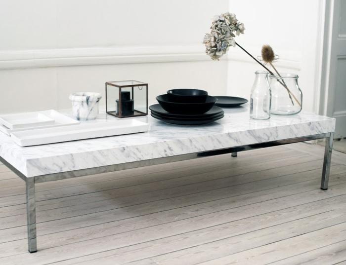 Журнальный столик, покрытый мраморной пленкой, способен изменить внешний вид всей комнаты.