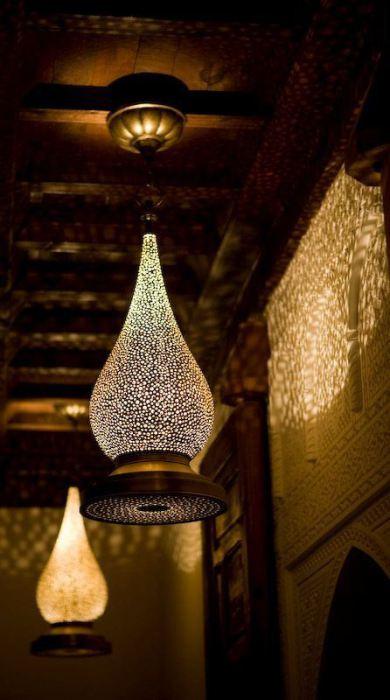Приглушенный свет от марокканских ламп.