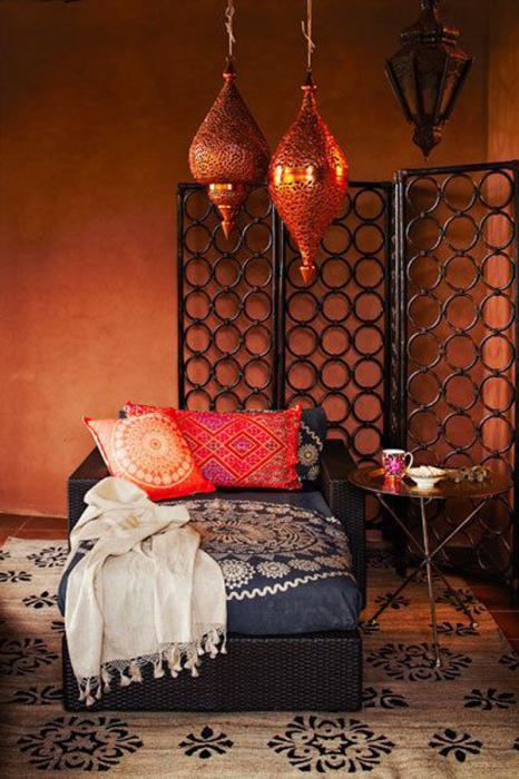 Теплый оранжевый свет от потолочной лампы.