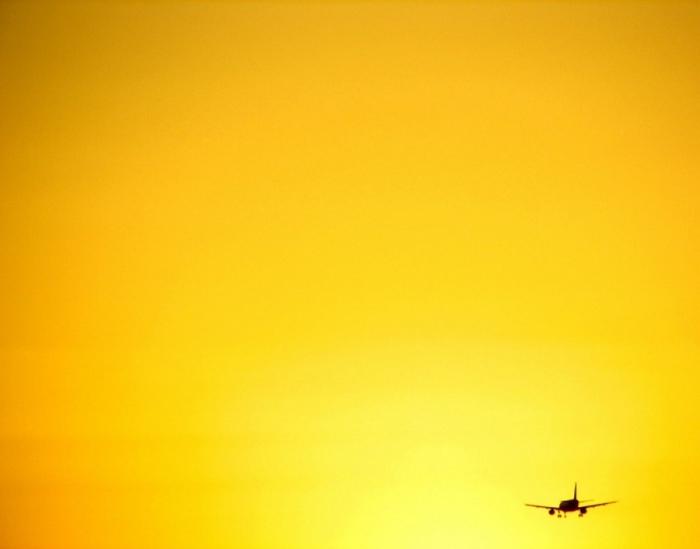 Самолет на фоне заката.