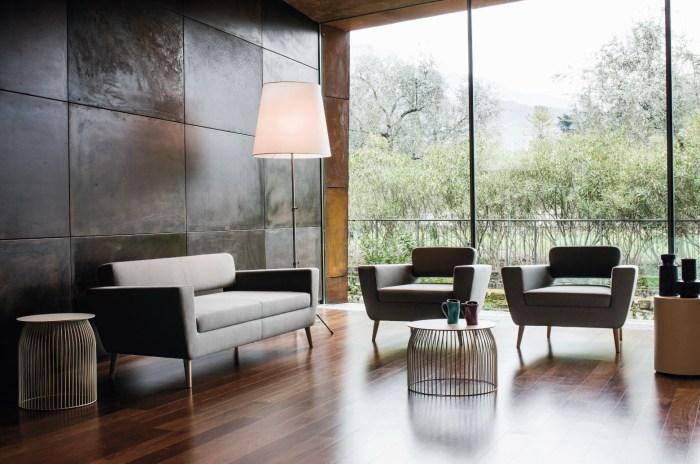 Трехместный диван в духе 50х с оригинальной деревянной рамой.