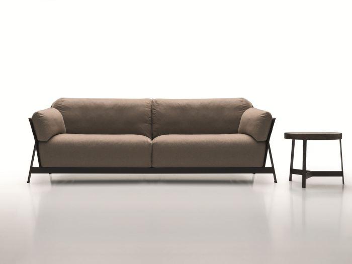 Двухместный диван Канахана выполнен в формальном стиле, но при этом остается достаточно комфортным.
