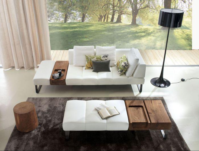 Между подушками такого дивана можно установить деревянные блоки для удобства.