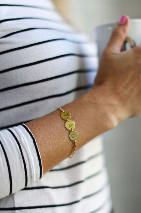 Женщине, которая просто обожает свою семью, понравится подарок в виде браслета с первыми буквами имен ее любимых. Инициалы близких родственников будут согревать ее даже в самые худшие времена.