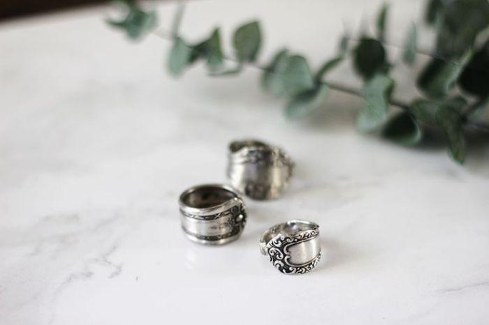 Женщинам, которые любят необычные украшения, понравятся оригинальные кольца, сделанные из старых серебряных столовых приборов.