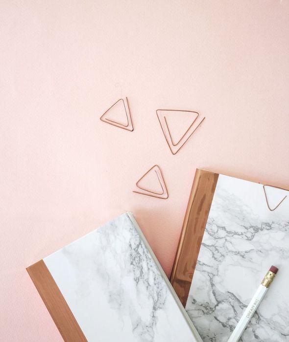 Небольшая самодельная записная книжка и несколько скрепок могут стать отличным подарком для девушки, у которой все вещи всегда должны быть записаны в блокноте.