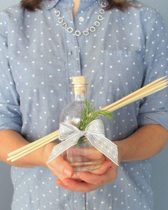 Для девушки, которая обожает все органическое и беспокоится об экологии нет лучшего подарка, чем собственноручно сделанный освежитель воздуха с натуральными эфирными маслами.