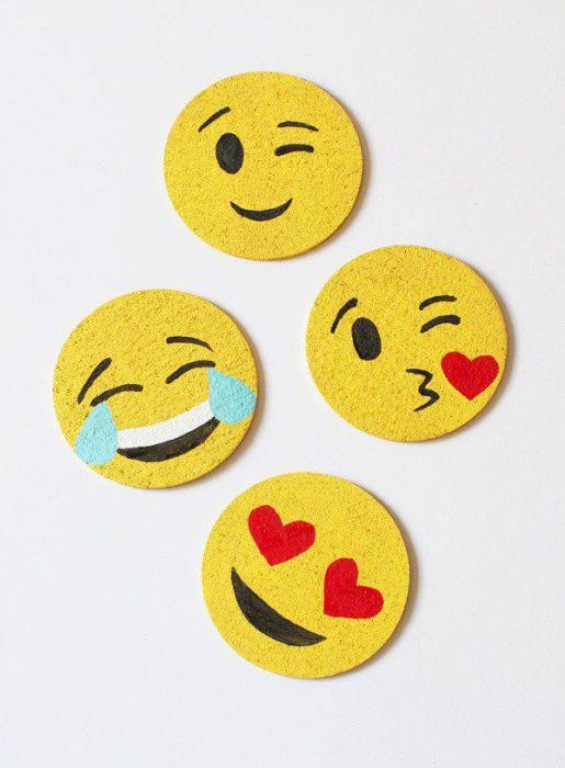 Женщине, которая много времени проводит в соцсетях будет в восторге от самодельных emoji-подставок под стаканы.