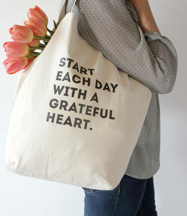 Настоящий шопоголик оценит безразмерную сумку из сукна со смешной надписью или принтом. В нее можно поместить большое количество приобретенных вещей!