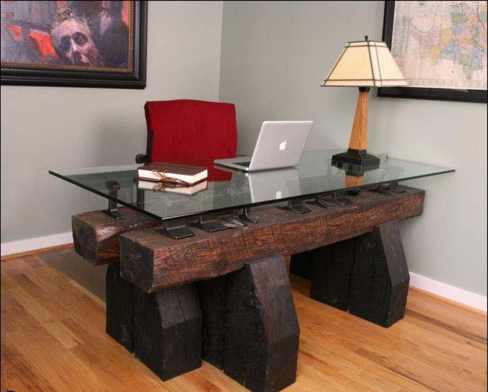 Рабочий стол из грубого дерева.