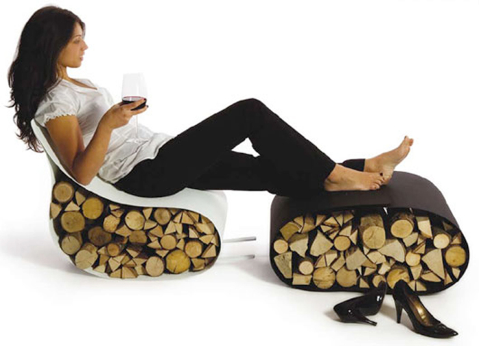 Настоящие дрова внутри кресла-качалки и подставки для ног.
