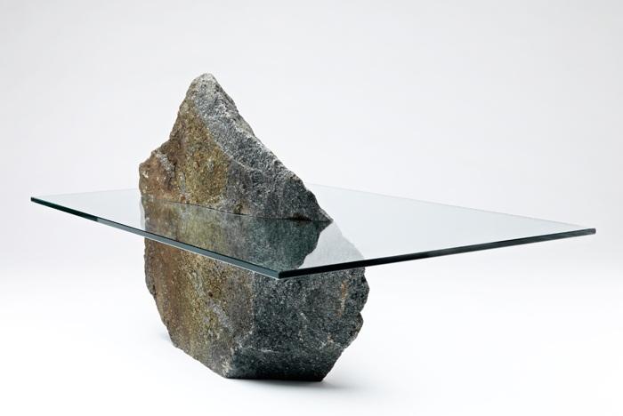 Стол из натурального камня со стеклянным верхом.