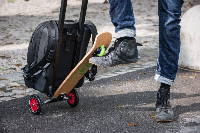 Прекрасный рюкзак, предоставляющий собой совмещение рюкзака и самоката.