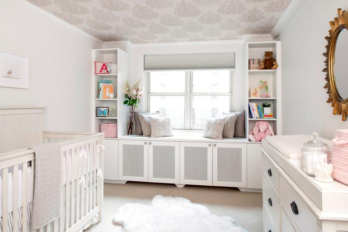 Светлая комната для маленького ребенка.