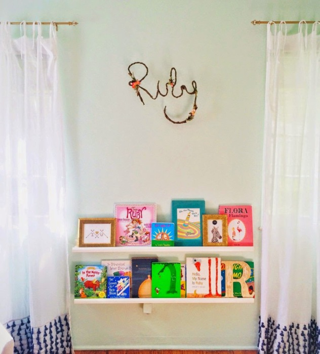 Детская комната с именем ее владельца на стене.