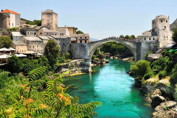 Міцний Старий міст в Боснії і Герцеговині.