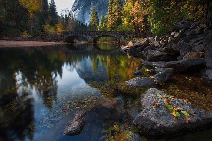 Міст в національному парку Йосеміті в США.
