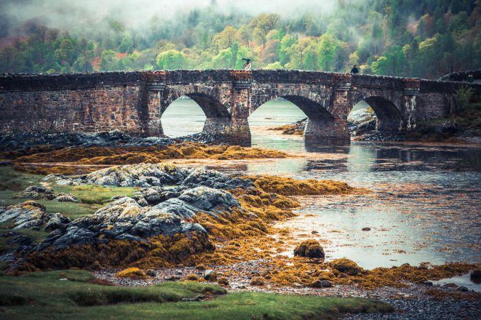 Міст біля замку в Шотландії.