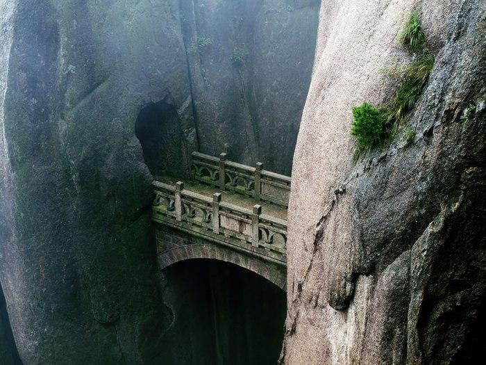 Стійкий міст у горах китайської провінції.
