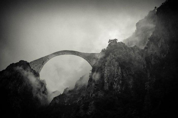 Небезпечний міст у горах Греції.
