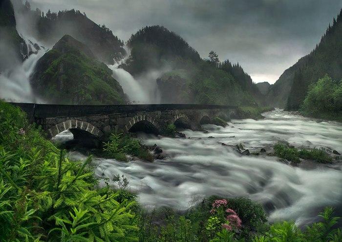 Чудовий міст біля водоспаду Лотефоссен.