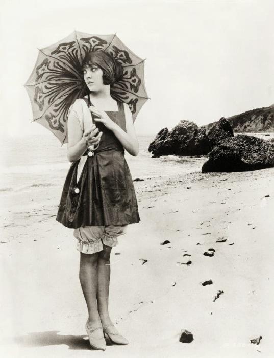 Известная актриса Лила Лии (Lila Lee) на пляже с оригинальным зонтиком, 1920-е года.
