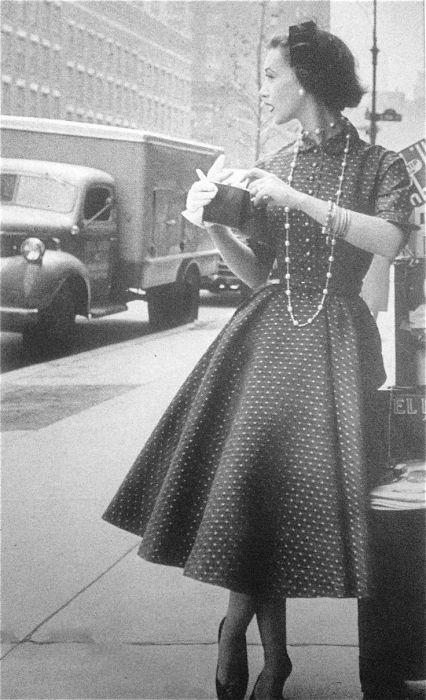 Роскошное черное платье в горошек, 1954 год.