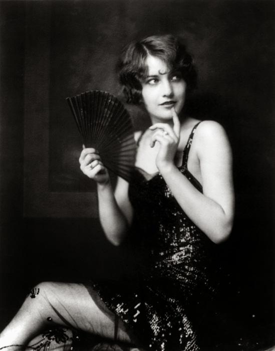Звезда кино Барбара Стенвік (Barbara Stanwyck) в роскошном платье.