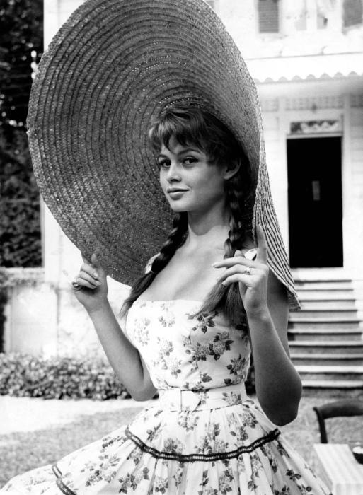 Бриджит Бордо (Brigitte Bardot) в роскошной шляпке, 1950 год