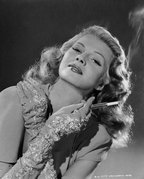 Известная американская актриса Рита Хэйворт (Rita Hayworth) в вышитых бриллиантами перчатках.