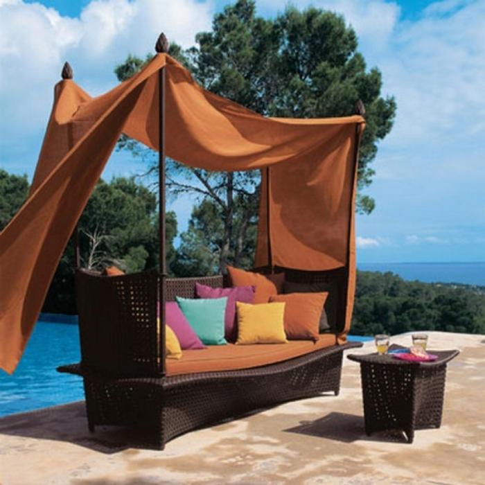 К столбикам на углах кровати прикреплена ткань, которая сможет дать достаточно тени в жаркие дни.