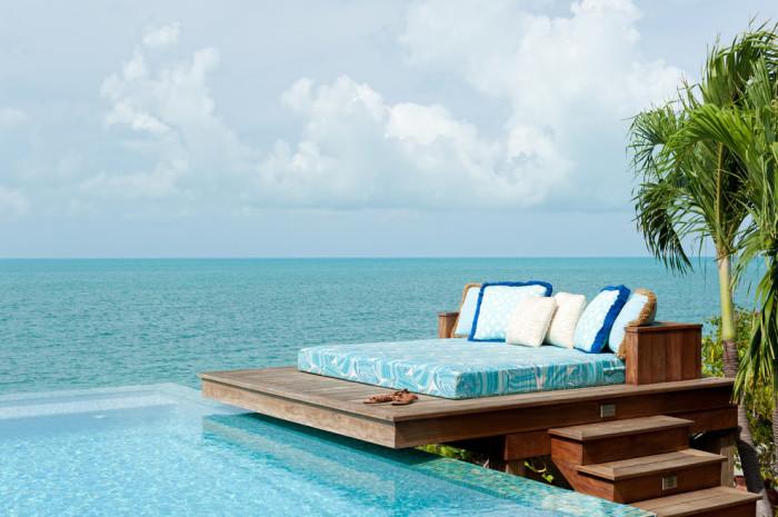 Роскошная кровать у океана.