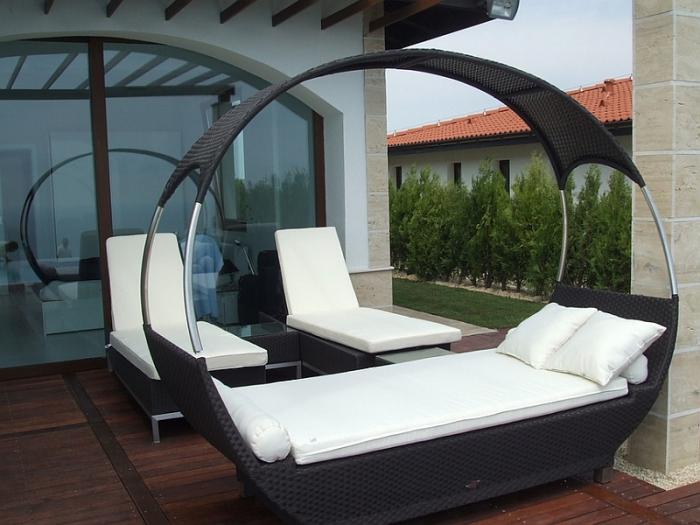 Замечательная черно-белая кровать для обеденного сна.